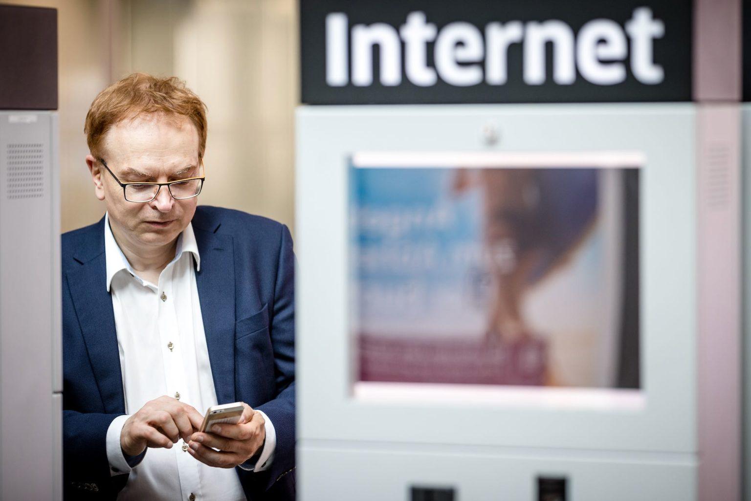 Wolfgang Schmid am Flughafen Portrait mit Internet