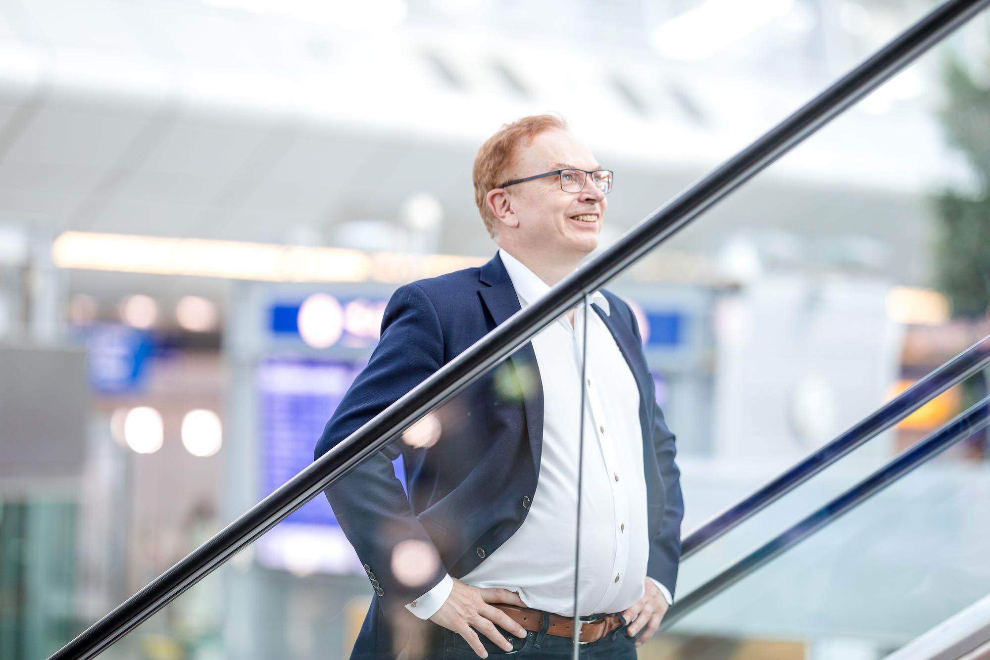 Wolfgang Schmid am Flughafen Rolltreppe