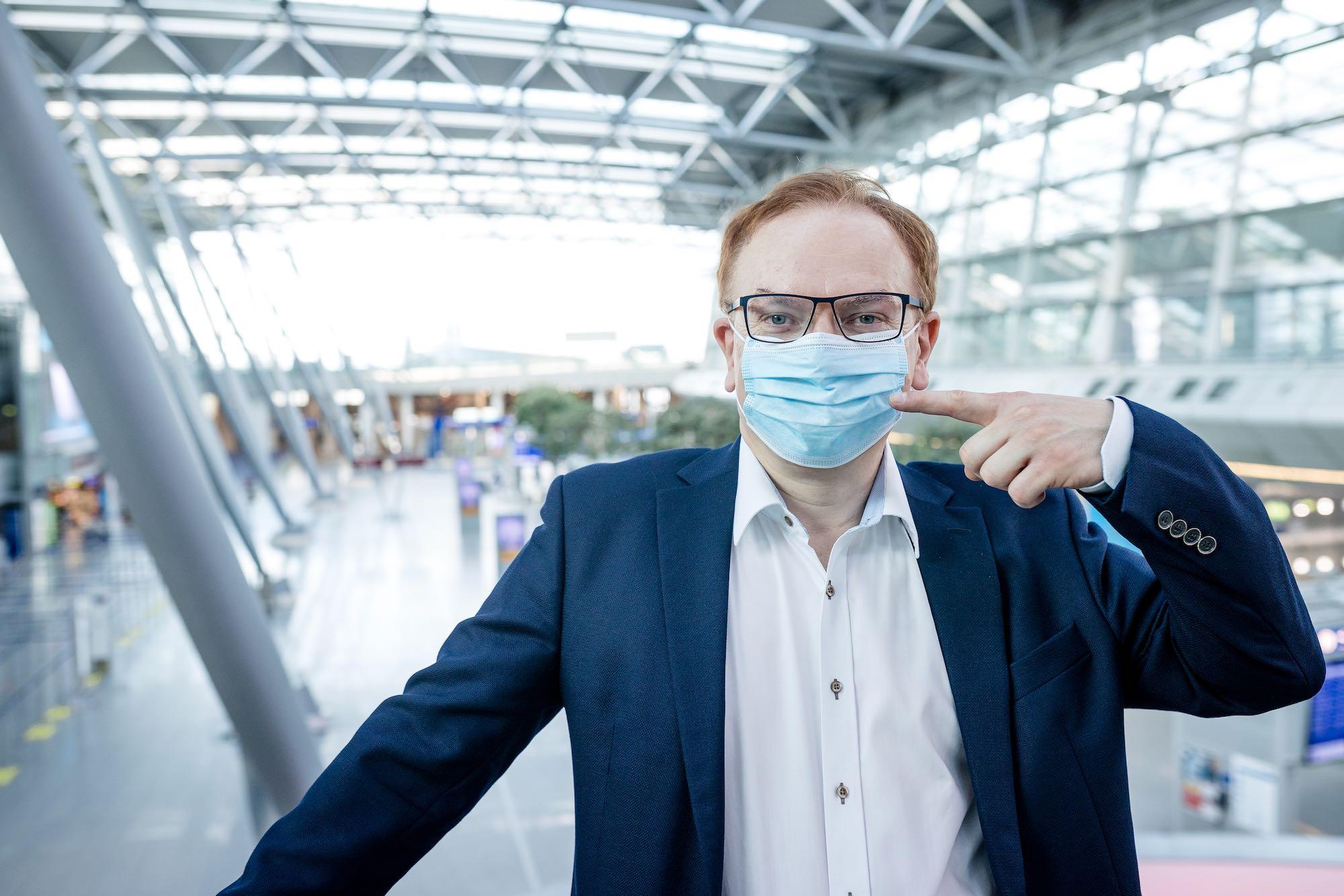 Wolfgang-Schmid-Flughafen-mit-Maske-1