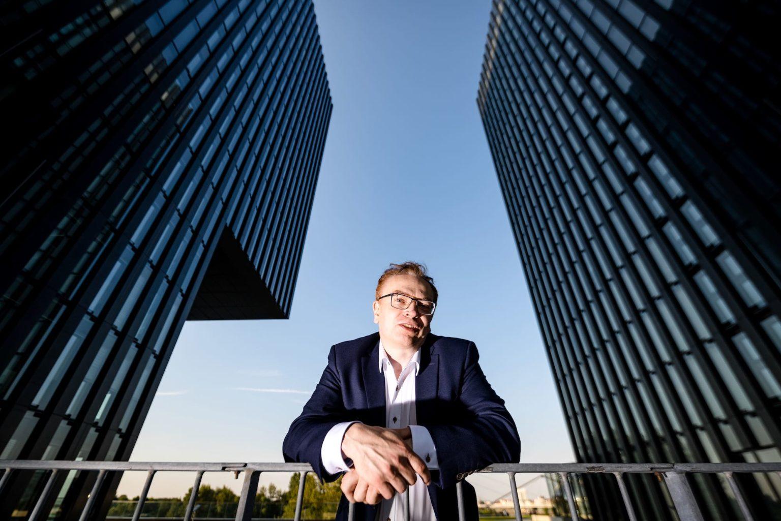 Wolfgang Schmid Portrait im Medienhafen zwischen Hochhäusern