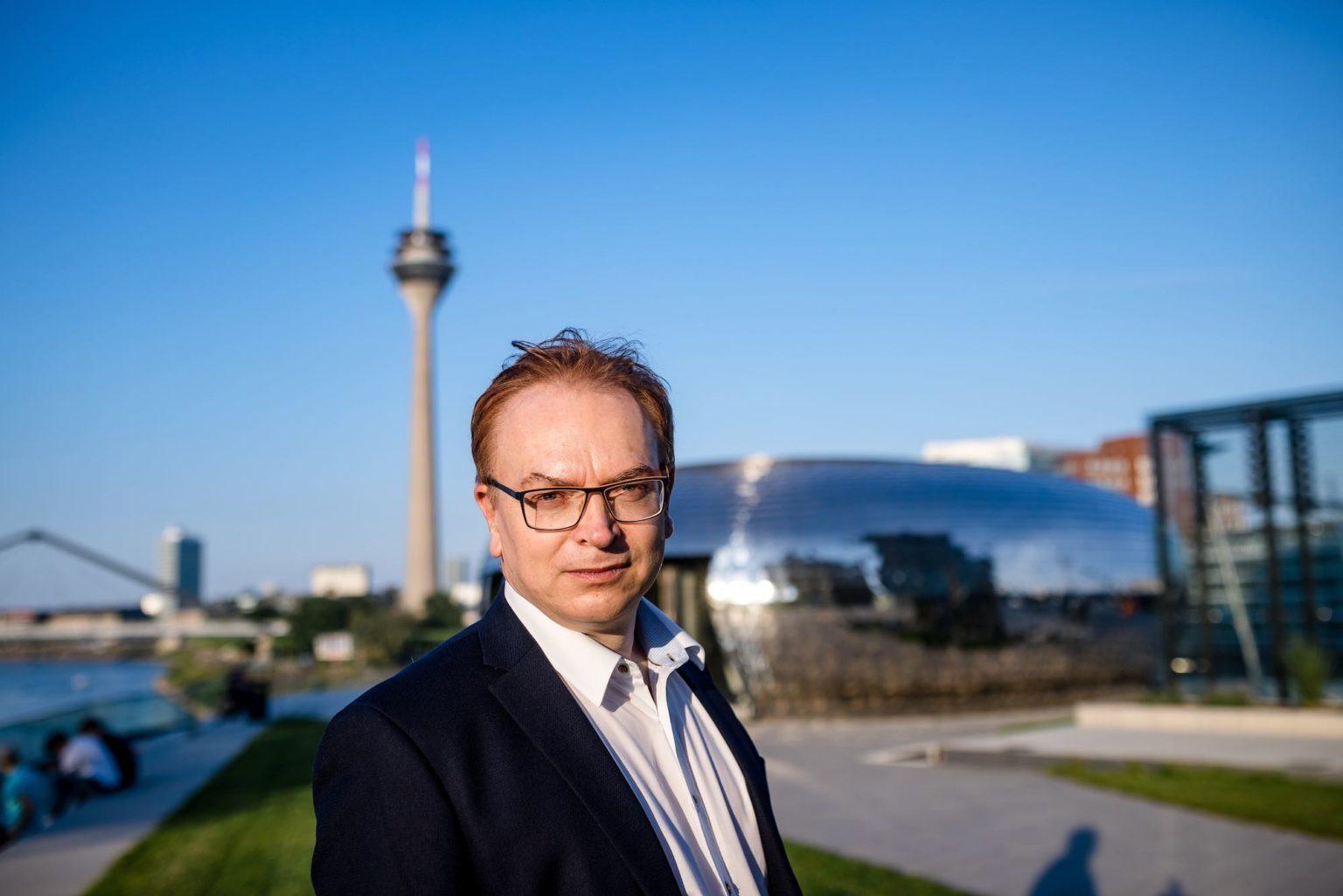 Wolfgang Schmid Portrait im Medienhafen vor space ship