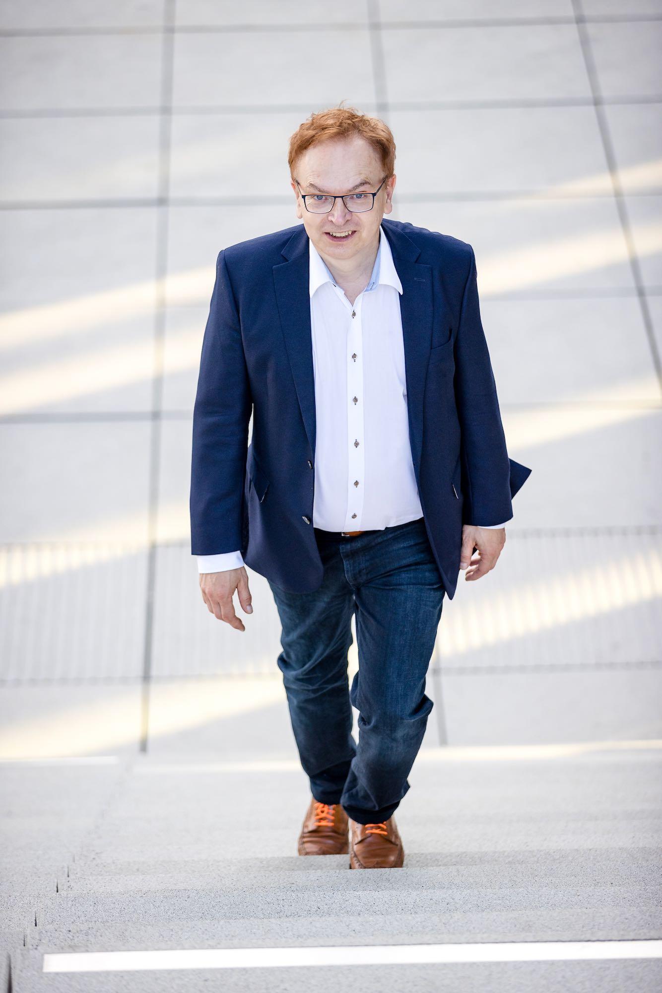 Wolfgang Schmid im Medienhafen auf der Treppe 2