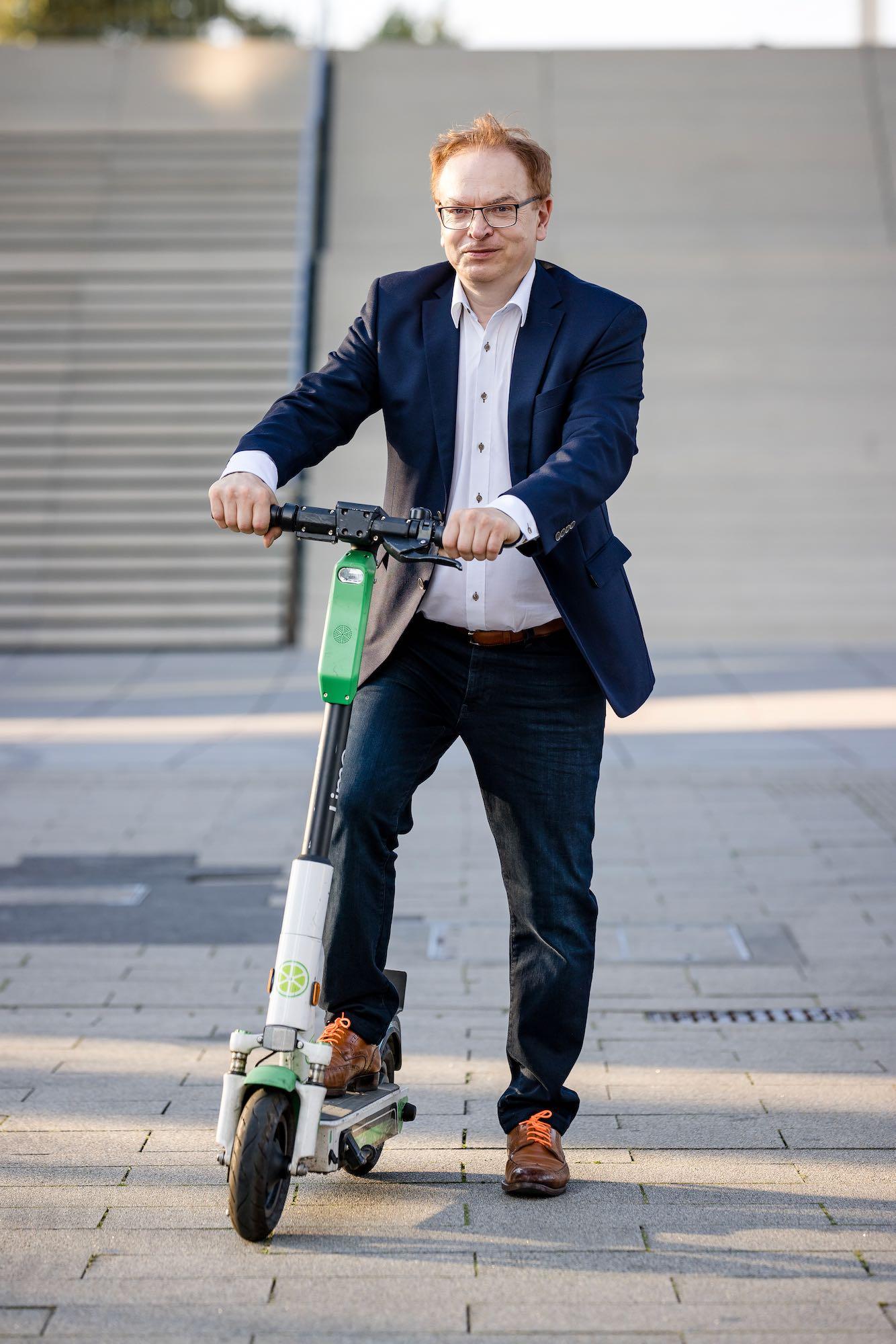Wolfgang-Schmid-Medienhafen-mit-Scooter-1