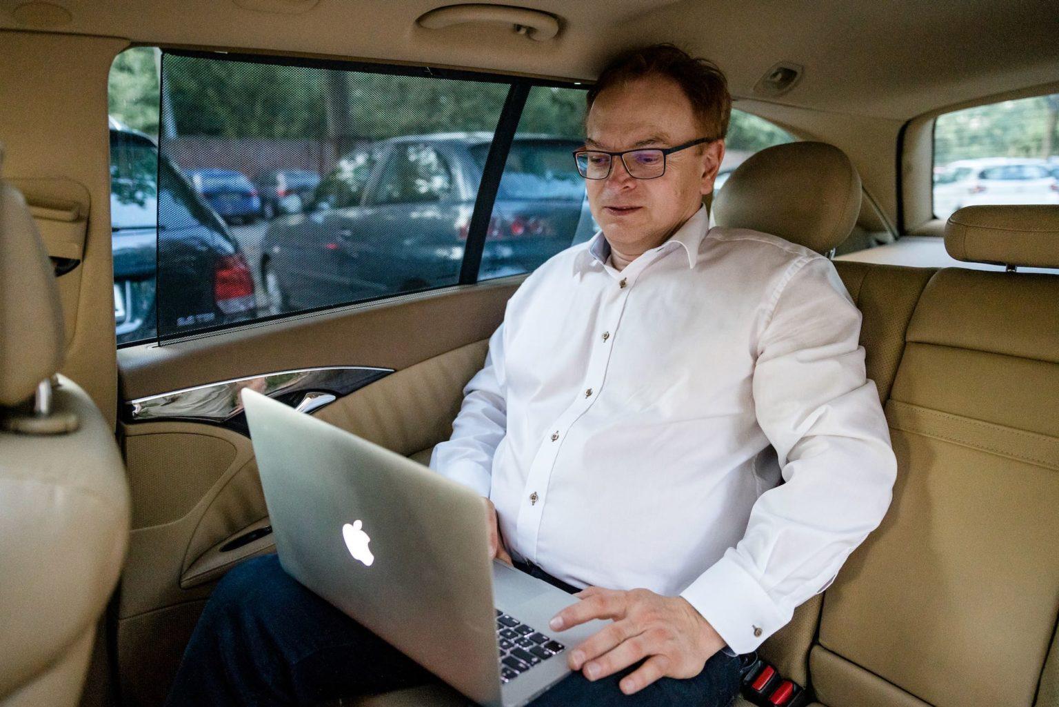 Wolfgang Schmid mobiles Arbeiten im Auto